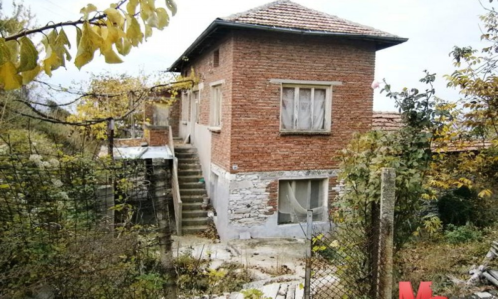 Продава къща в близост до гр.Сандански