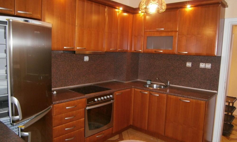 Продава тристаен апартамент в центъра на Сандански